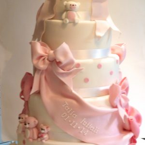 Baby shower cake with bows and teddies